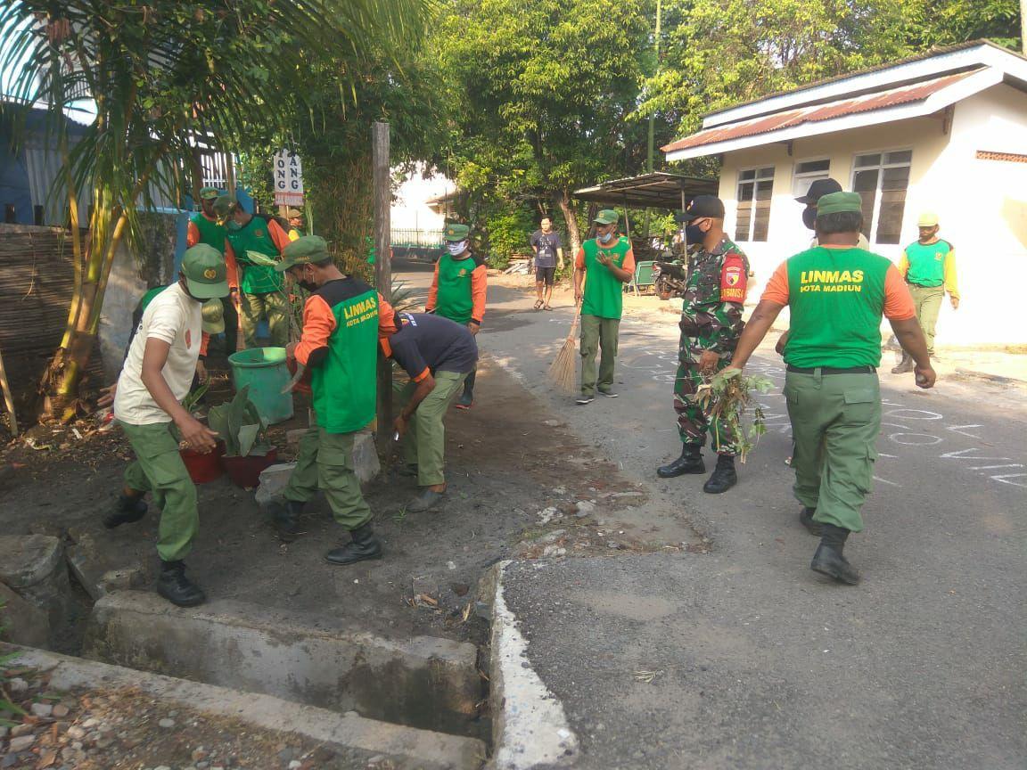 Antisipasi Hujan Kelurahan adakan Kerja Bakti